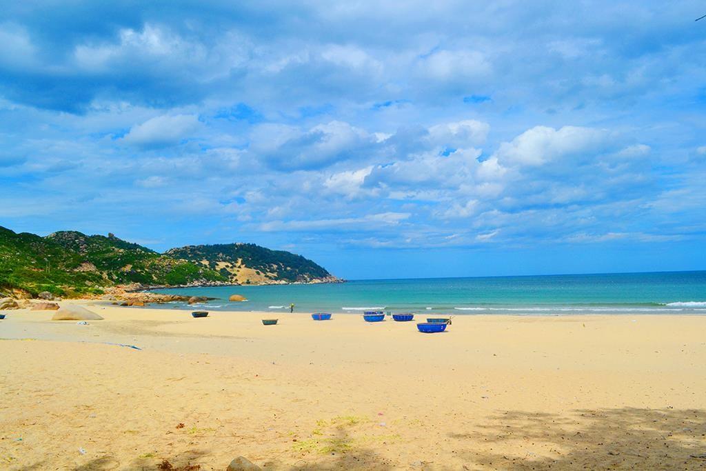 Biển Nhơn Lý - Cát Tiến là một trong những bãi biển đẹp nhất Nam Trung Bộ với nhiều bãi tắm lý tưởng như Cát Tiến, Nhơn Hội, Hải Giang