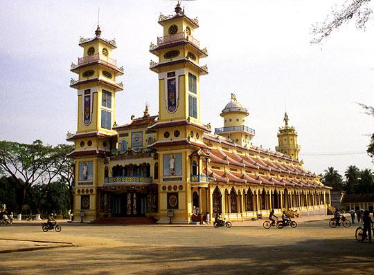 Thánh Thất được xây cất theo kiểu mẫu của Tòa Thánh Tây Ninh