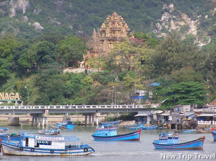 Tháp Bà Ponagar nhìn từ cầu Xóm Bóng