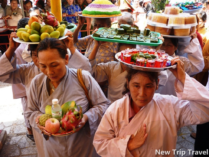 Đoàn người dâng lễ lên Thánh Mẫu
