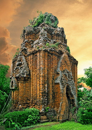 Cánh Tiên là một ngôi tháp đẹp, được tạo dáng độc đáo, thanh thoát với bố cục hết sức hợp lí.