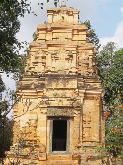Một góc tháp cổ đã không còn nguyên vẹn qua thời gian