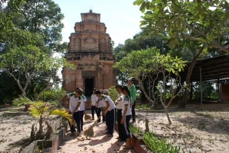 Các em học sinh quét dọn đường vào tháp