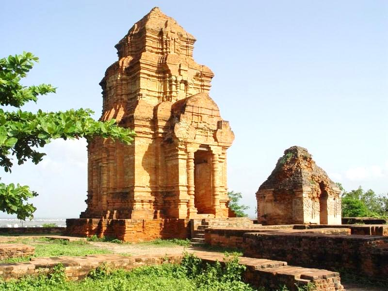 Nhóm đền tháp Chăm Posah Inư tọa lạc trên đồi Lầu Ông Hoàng thuộc Bà Nài xã Phú Hải