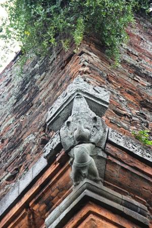 Hình tượng chim thần Ga-ru-đa được bố trí ở các góc tháp với hai tay giơ cao, chân chùng xuống đỡ cả phần trên của tháp lên cao.