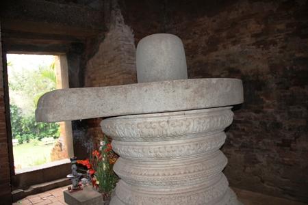 Bên trong lòng Tháp Đôi có cối đá xay bột gạo ngày xưa mà sau này người kinh cũng sử dụng loại cối này để xay bột gạo chế biến các loại bánh