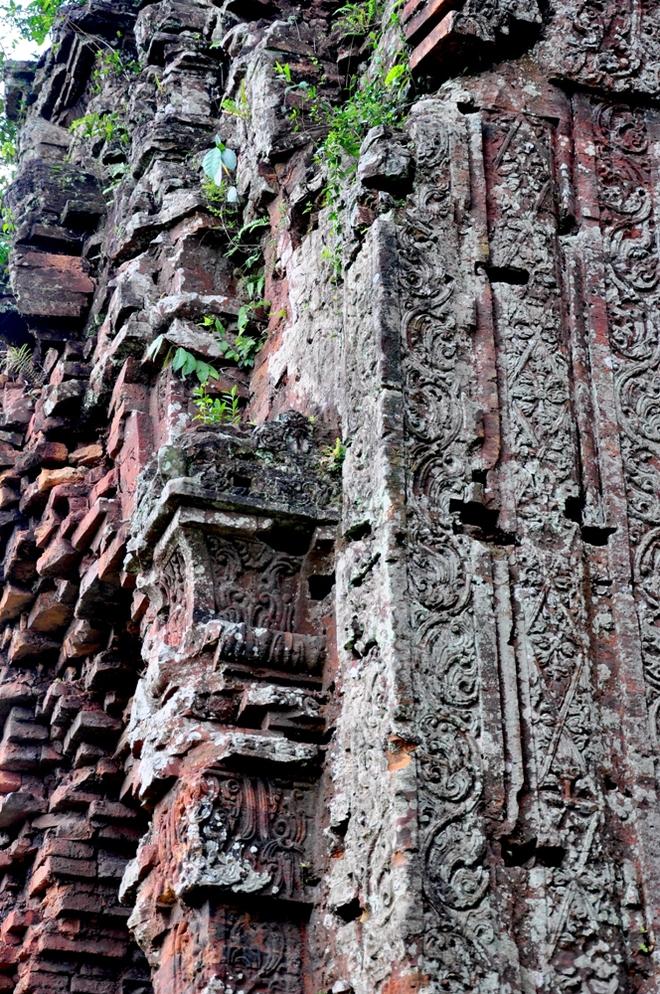 Kiểu hoa văn đặc trưng của nghệ thuật Khmer được khắc lên bề mặt tháp Chăm Khương Mĩ