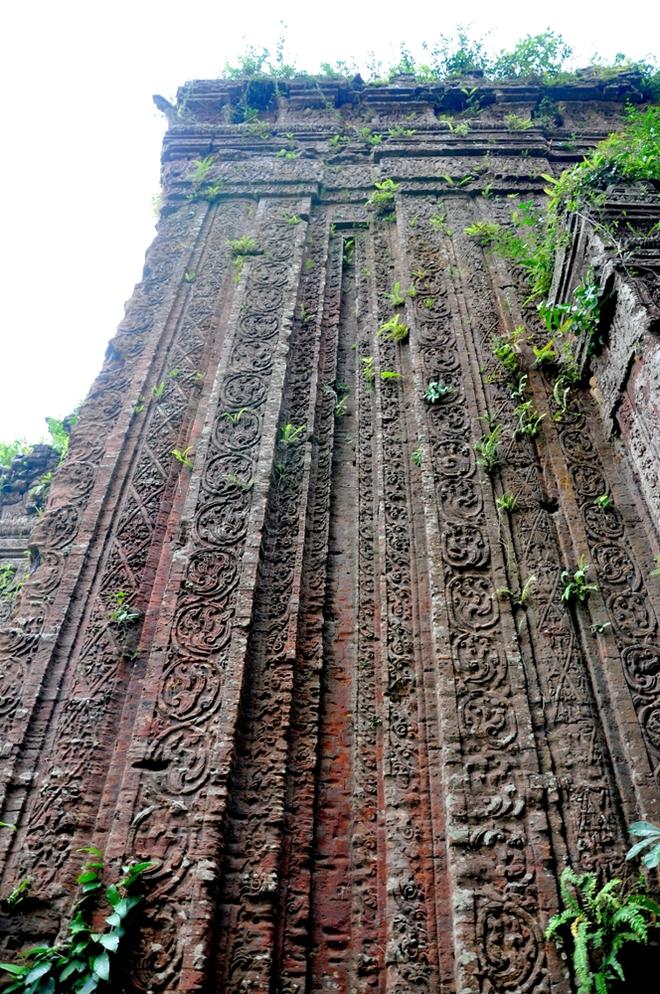 Bề mặt tường của  các tháp vẫn còn giữ được nguyên vẹn các họa văn trang trí