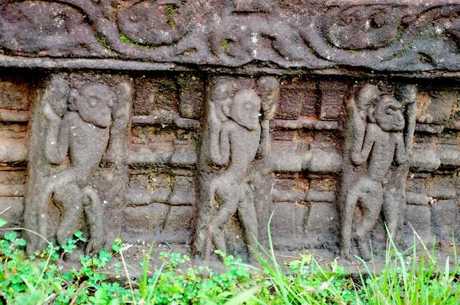 Tượng khắc hình những con khỉ trên tháp gắn với trường ca Ramayana