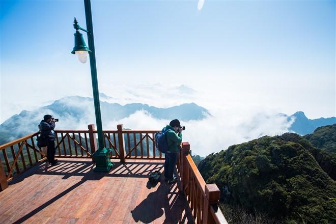 Ngày nay tại đỉnh fansipan đã được xây dựng chỗ ngắm cảnh để du khách dễ dàng chiêm ngưỡng khung cảnh phía dưới