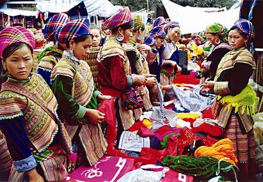 Chợ Sapa nằm ở thị trấn Sa Pa là chợ của người H'Mông, người Dao