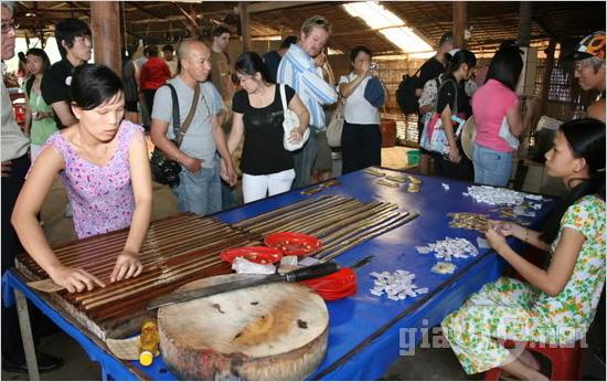 Trải nghiệm hấp dẫn ở Bến Tre: Thăm quan quy trình sản xuất kẹo dừa.