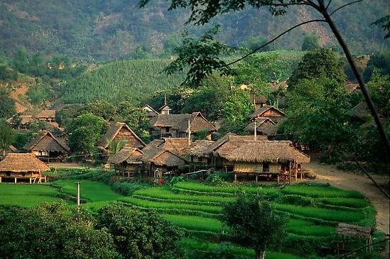 Bản làng yên bình dưới thung lũng