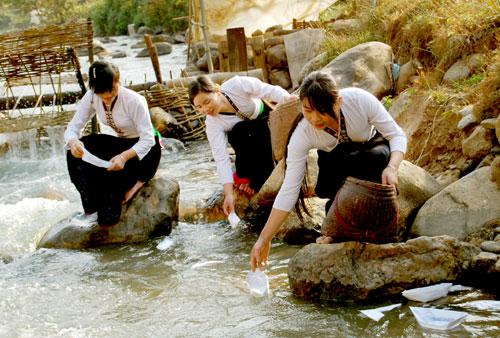 Những cô gái Thái Trắng bên dòng suối