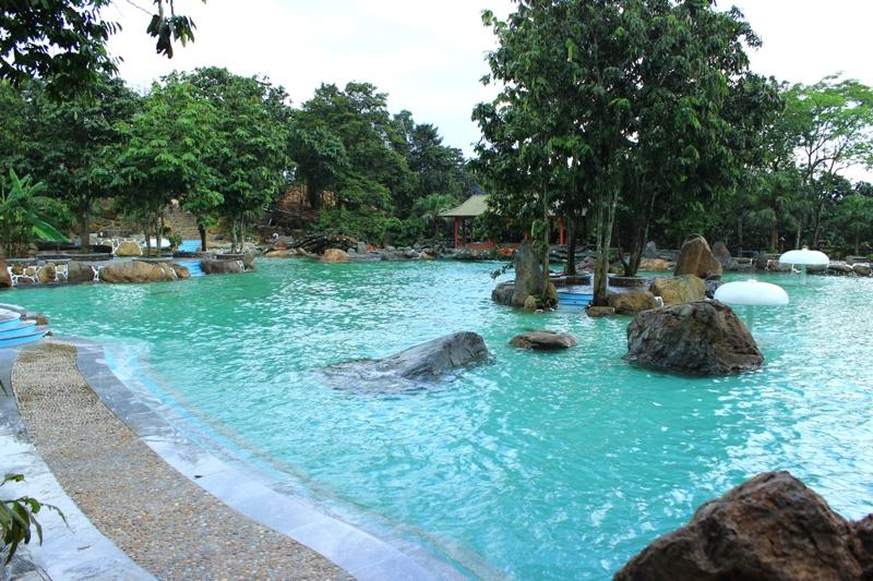 Hồ nước xanh ở khu Trung Sơn