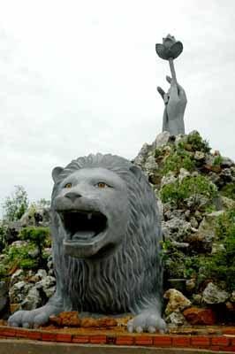 Tượng sư tử ở non bộ