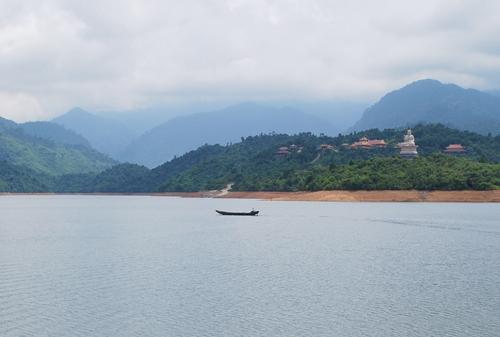 Bên kia hồ, quần thể Thiện viện ẩn mình trong màu lam sương khói