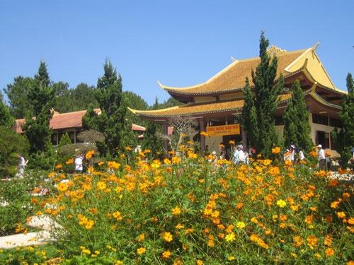 Xung quanh chính điện có rất nhiều hoa và cây cảnh