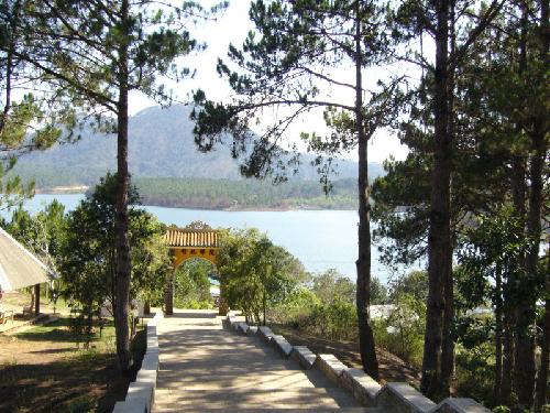 Hồ Tuyền Lâm ngay dưới chân Thiền viện.