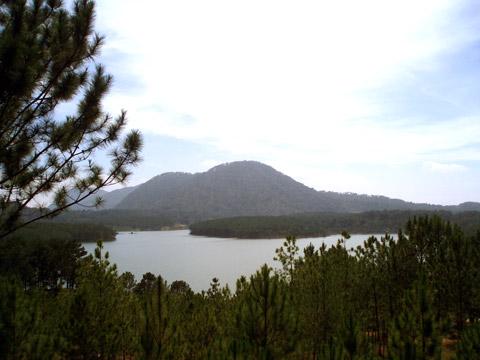 Hồ Tuyền Lâm - phía trước Thiền viện Trúc Lâm Đà Lạt