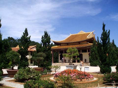 Khung cảnh trước sân Thiền viện