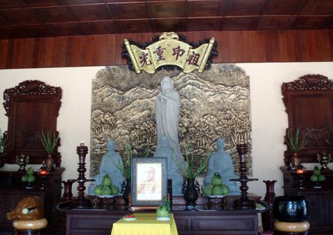 Tượng Bồ Đề Đạt Ma và Tam Tổ Thiền phái Trúc Lâm, di ảnh Cố Hòa thượng Thích Thiện Hoa