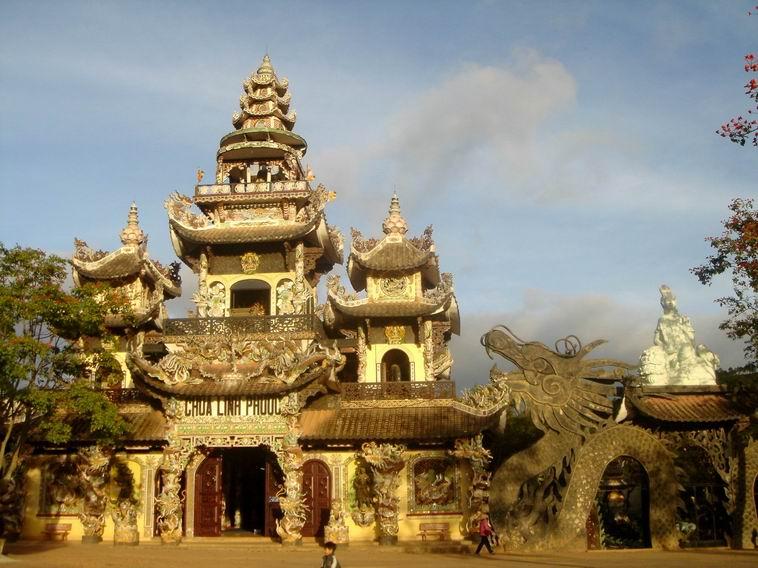 Đà Lạt có rất nhiều ngôi chùa thật đẹp và mỗi ngôi chùa đều có một kiến trúc rất riêng rất độc đáo làm Đà Lạt đã đẹp lại càng đẹp hơn lôi cuốn rất nhiều du khách thập phương đến viếng chùa.