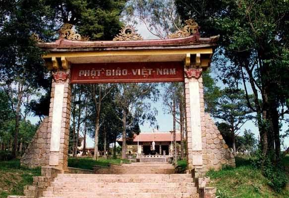 Chùa xây theo lối kiến trúc Á Đông, giản dị và hài hòa. Trên bờ nóc chùa trang trí lưỡng long chầu nguyệ