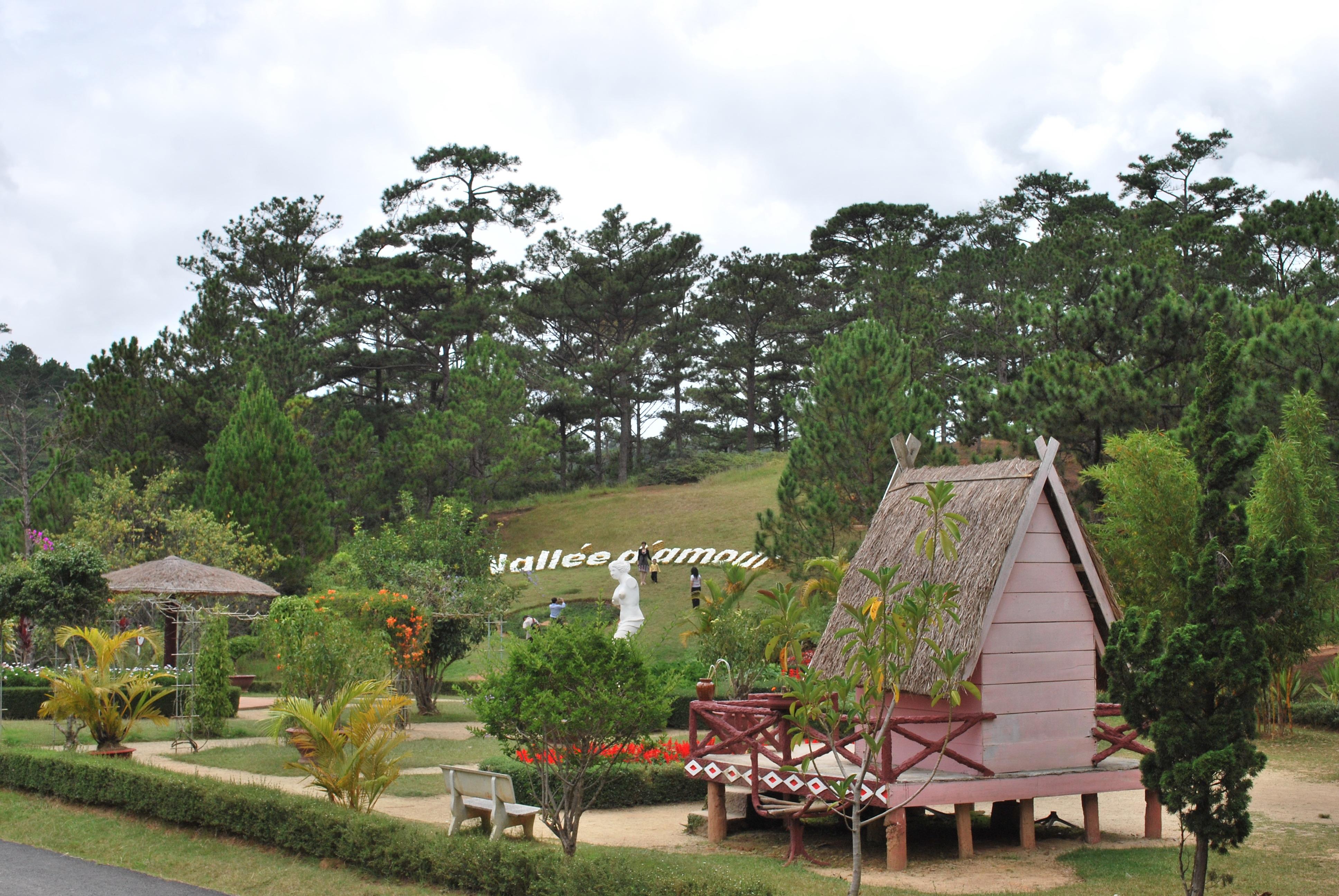 Khu vườn cây cảnh được thiết kế công phu