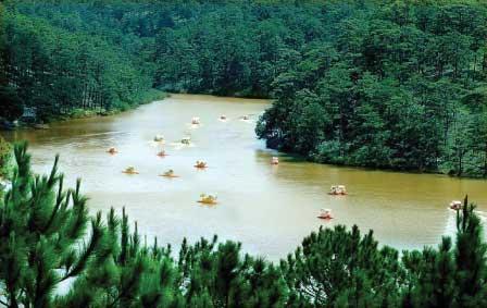 Hồ Đa Thiện nằm giữa rừng thông xanh thẳm ,tạo lên vẻ đẹp thơ mộng