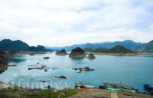 Bến thuyền Thung Nai  Nơi giao lưu buôn bán các nhu yếu phẩm thiết yếu của những người dân miền ngược sống trên sông.
