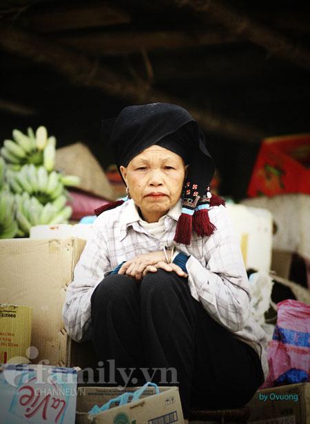 Chân dung một cụ bà bán lá thuốc và các thứ lặt vặt ở đền Thác Bờ.