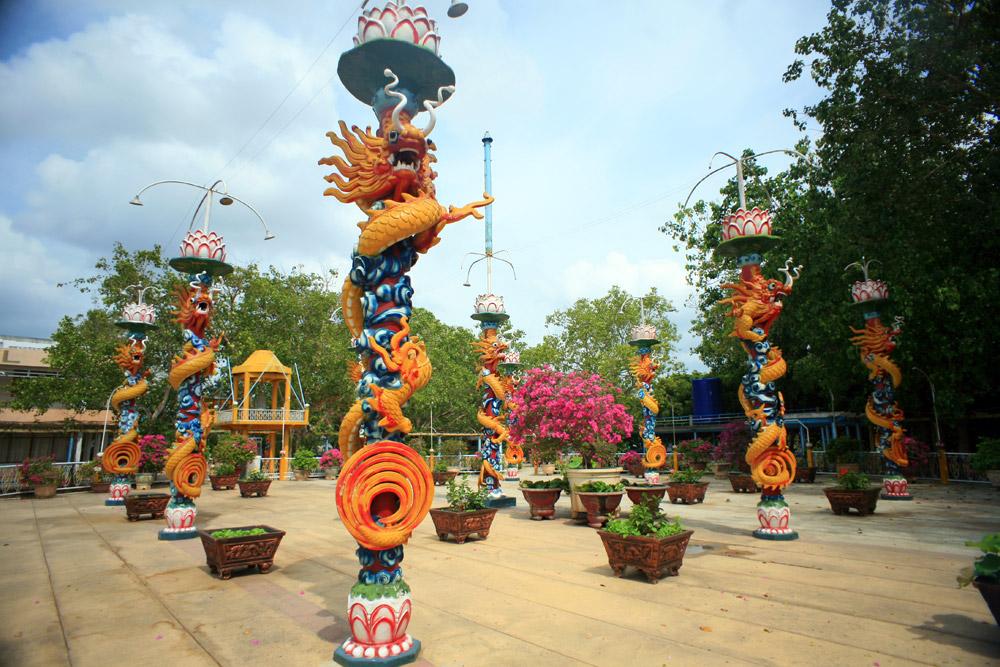 Điểm du lịch hấp dẫn: Di tích đạo Dừa - Cồn Phụng.