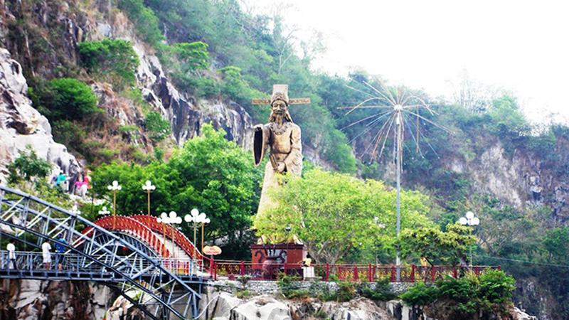 Tượng Thoại Ngọc Hầu cao gần chục mét