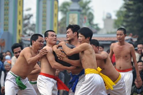 Trò diễn cướp cầu xưa ở Động Phí