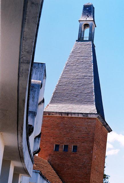 Ngọn Tháp chuông trên dãy nhà bốn tầng của trường