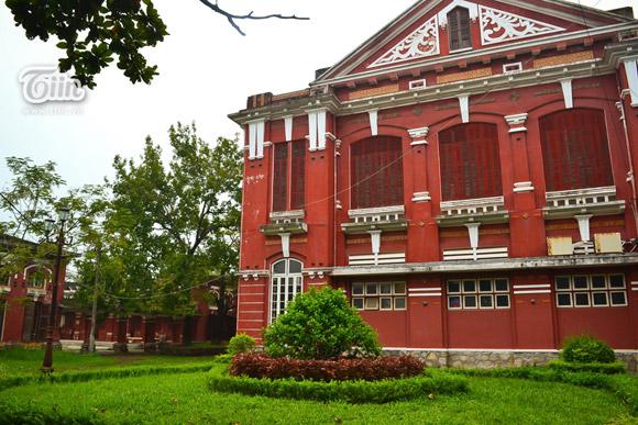Những tòa nhà được sơn màu đỏ tạo vẻ cổ kính