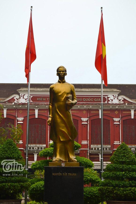 Tượng đài người học trò Nguyễn Tất Thành