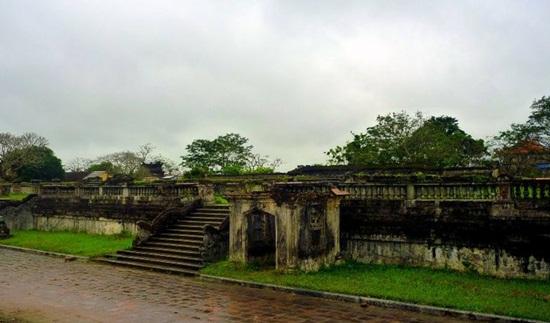 Sân nền điện Kiến Trung