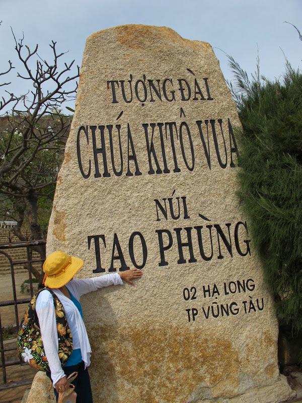 Tên tượng đài Chúa Kitô được khắc rõ nét trên tảng đá lớn