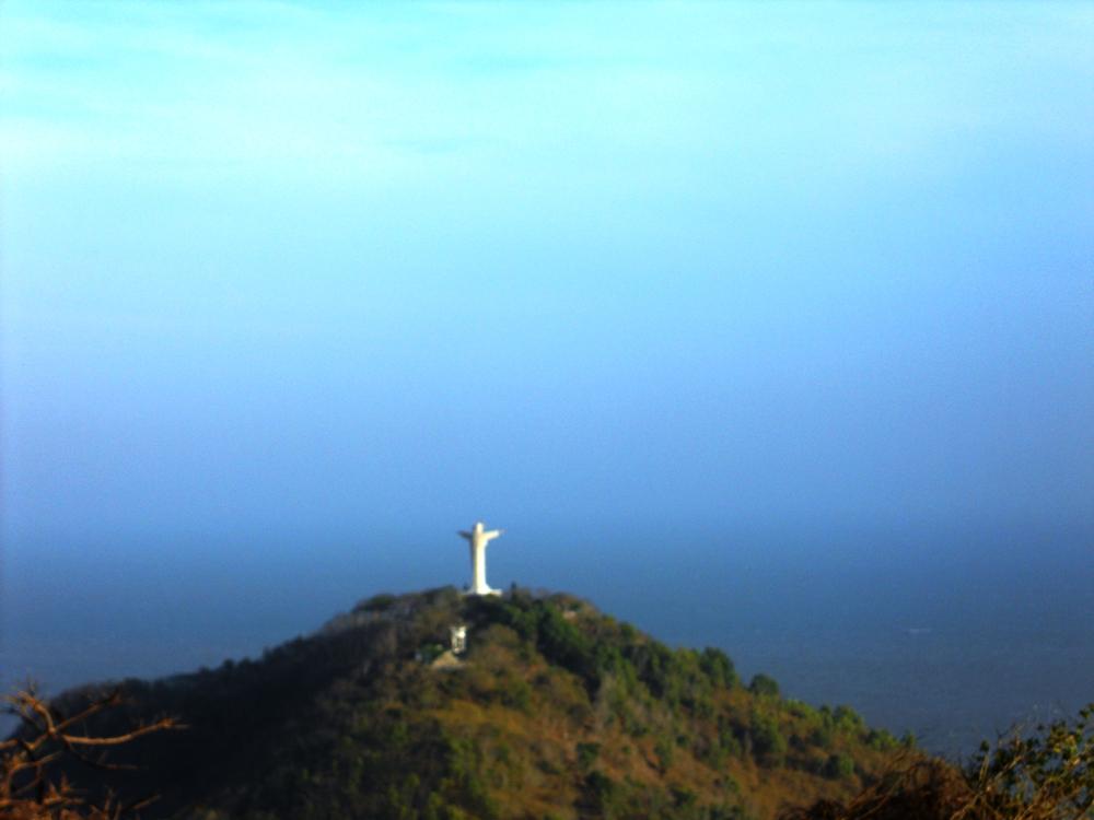 Tượng chúa Kitô nhìn từ hải đăng