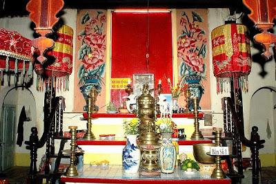 Bàn thờ hai ông bà Quản Cơ Trần văn Thành tại Bửu Hương Tự.