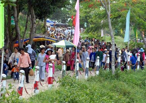 Gia Bảo... nhưng mỗi ngày có hàng nghìn lượt du khách ở khắp nơi về làm lễ.