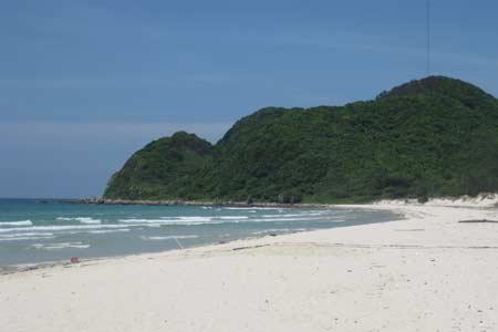 Nước biển xanh ngắt, sóng to, cát trắng trải dài