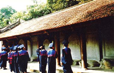 Hằng năm, các thủ khoa của các trường đại học về đây báo công và thăm quan trường đại học đầu tiên.