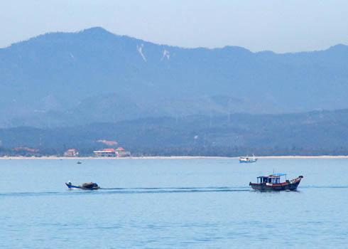 Những con thuyền đánh cá ngoài khơi