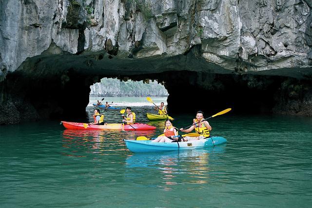 Du khách hứng thú chèo kayak qua Hang Luồn