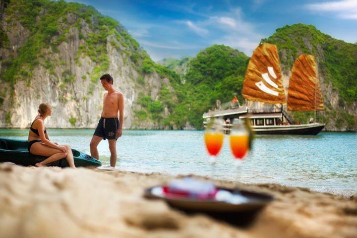 Tắm biển Vịnh Hạ Long
