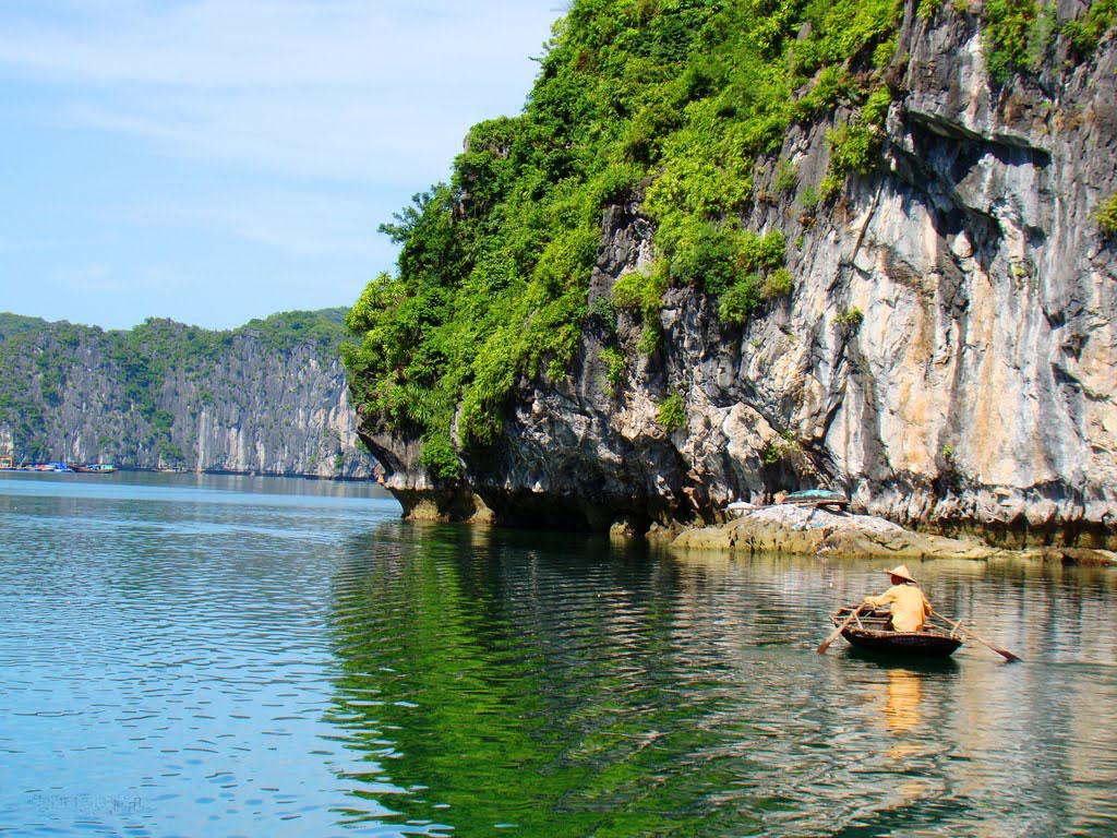 Nhiều du khách yêu thích vịnh Lan Hạ chính bởi cái nét đẹp hoang sơ