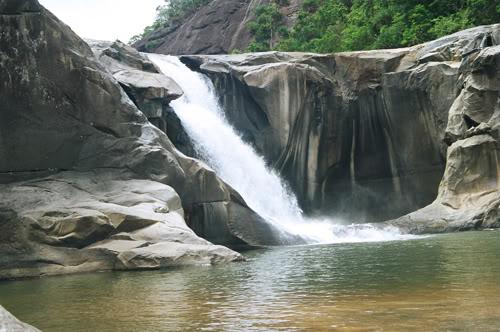 Nước từ thượng nguồn chảy xuôi lao xuống hố vực tung bọt trắng xoá như thể từ bên dưới có một vật khổng lồ phun nước lên cao vậy.